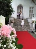 Poślubiać z ringowych okazicieli czekać fotografia royalty free