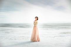 _ Poślubiać zamarzniętym morzem panna młoda w ślubnej sukni przy nadmorski w miłości ślubnej ceremonii Fotografia Stock