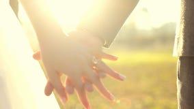 Poślubia ja dzisiaj i codzienny Nowożeńcy pary mienia ręki, strzał W zwolnionym tempie zbiory