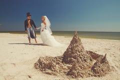 Poślubiająca para cieszy się na plaży obraz stock