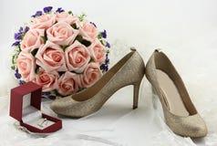 Poślubiający buty i panny młodej przesłania i obrączka ślubna Fotografia Royalty Free