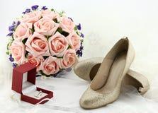 Poślubiający buty i panny młodej przesłania i obrączka ślubna Fotografia Stock