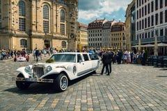 Poślubiający i tęsk biała limuzyna Obrazy Royalty Free