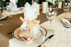 Poślubiający kłaść z lampasa kota zabawkarską i pustą kartą na stole Zdjęcia Royalty Free