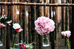 Poślubiający kwiat dekoraci łuk w lesie pomysł ślubna kwiat dekoracja fotografia stock