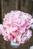 Poślubiający kwiat dekoraci łuk w lesie pomysł ślubna kwiat dekoracja obraz stock