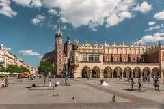 Poślubiający na brukującym kwadracie w połysku Krakow, Obrazy Stock
