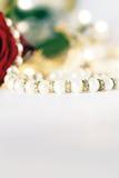 Poślubiający przedmioty z wzrastał kwiaty Fotografia Stock