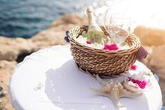 Poślubiający w ciborze, państwo młodzi na dryluje most w Agia Napa stół dla rejestraci małżeństwo Widok Obrazy Royalty Free