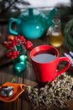 Poślubnik herbata w szklanej filiżance na drewnianym tle Obrazy Royalty Free