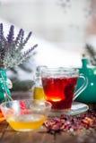 Poślubnik herbata w szklanej filiżance na drewnianym tle Fotografia Royalty Free
