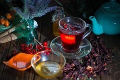Poślubnik herbata w szklanej filiżance na drewnianym tle Zdjęcia Royalty Free