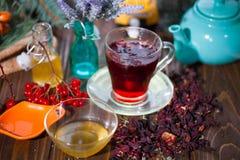 Poślubnik herbata w szklanej filiżance na drewnianym tle Obrazy Stock