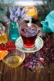Poślubnik herbata w szklanej filiżance na drewnianym tle Obraz Royalty Free