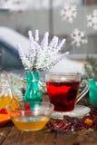 Poślubnik herbata w szklanej filiżance na drewnianym tle Zdjęcia Stock