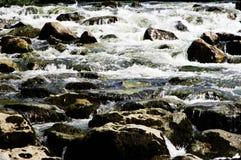 Pośpiech z gnanie wodą i wiele kamieniami zdjęcia royalty free