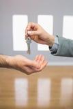 Pośrednik handlu nieruchomościami daje domu kluczowi nabywca Obrazy Stock