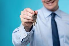 Pośrednik handlu nieruchomościami daje kluczom dom Zdjęcie Stock