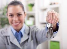 Pośrednik handlu nieruchomościami daje kluczom mieszkanie, ostrość na kluczach Obrazy Royalty Free