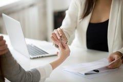 Pośrednik handlu nieruchomościami daje kobieta kluczowi nowy dom, kupuje nieruchomość Obraz Stock