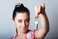 Pośrednik handlu nieruchomościami jest daje kluczom mieszkanie Obraz Stock