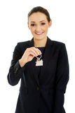 Pośrednik handlu nieruchomościami jest daje kluczom mieszkanie Fotografia Stock