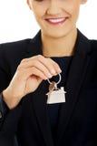 Pośrednik handlu nieruchomościami jest daje kluczom mieszkanie Obrazy Stock