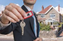 Pośrednik handlu nieruchomościami jest sprzedawać domowy i dawać ci kluczom Fotografia Royalty Free