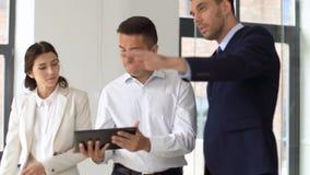 Pośrednik handlu nieruchomościami pokazuje biuro klienci z pastylka komputerem osobistym zbiory wideo