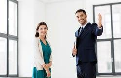 Pośrednik handlu nieruchomościami pokazuje nowego biurowego pokój żeński klient Fotografia Royalty Free