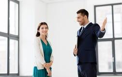 Pośrednik handlu nieruchomościami pokazuje nowego biurowego pokój żeński klient Obraz Royalty Free