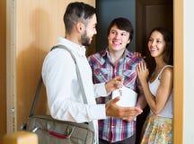 Pośrednik handlu nieruchomościami pokazuje nowego mieszkanie para Zdjęcia Royalty Free