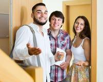 Pośrednik handlu nieruchomościami pokazuje nowego mieszkanie para Obrazy Royalty Free