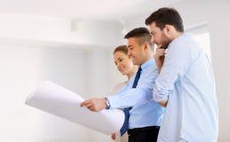 Pośrednik handlu nieruchomościami pokazuje projekt nowy dom para Obraz Stock