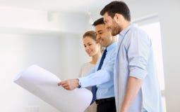 Pośrednik handlu nieruchomościami pokazuje projekt nowy dom para Zdjęcie Stock