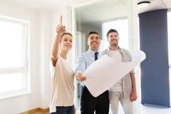 Pośrednik handlu nieruchomościami pokazuje projekt nowy dom para Obrazy Royalty Free