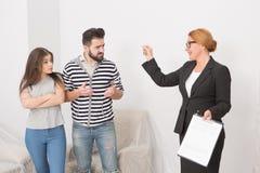 Pośrednik handlu nieruchomościami proponuje podpisywać cotract i kobiety obsługiwać wha no jest zgadzać się Zdjęcia Royalty Free
