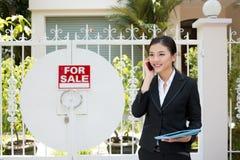 Pośrednik handlu nieruchomościami przy pracą Fotografia Stock