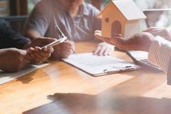 Pośrednik handlu nieruchomościami rozmowa z jego klientami agent nieruchomości transakci wi Zdjęcie Royalty Free