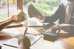Pośrednik handlu nieruchomościami rozmowa z jego klientami agent nieruchomości transakci wi Zdjęcia Stock