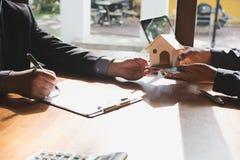 Pośrednik handlu nieruchomościami rozmowa z jego klientami agent nieruchomości transakci wi Fotografia Stock