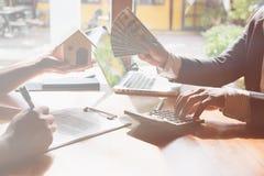 Pośrednik handlu nieruchomościami rozmowa z jego klientami agent nieruchomości transakci wi Obraz Stock