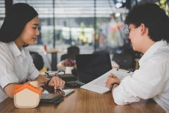 Pośrednik handlu nieruchomościami rozmowa z klientem agent nieruchomości spotkania z Fotografia Royalty Free