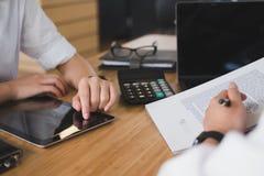 Pośrednik handlu nieruchomościami rozmowa z klientem agent nieruchomości spotkania z Zdjęcie Royalty Free