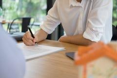 Pośrednik handlu nieruchomościami rozmowa z klientem agent nieruchomości spotkania z Obrazy Royalty Free