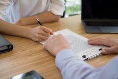 Pośrednik handlu nieruchomościami rozmowa z klientem agent nieruchomości spotkania z Zdjęcia Royalty Free