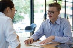 Pośrednik handlu nieruchomościami rozmowa z klientem agent nieruchomości spotkania z Obraz Stock