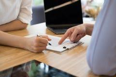 Pośrednik handlu nieruchomościami rozmowa z klientem agent nieruchomości spotkania z Fotografia Stock