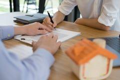Pośrednik handlu nieruchomościami rozmowa z klientem agent nieruchomości spotkania z Zdjęcie Stock