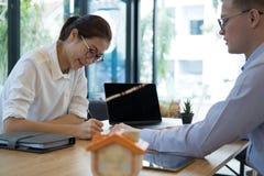 Pośrednik handlu nieruchomościami rozmowa z klientem agent nieruchomości spotkania z Obraz Royalty Free